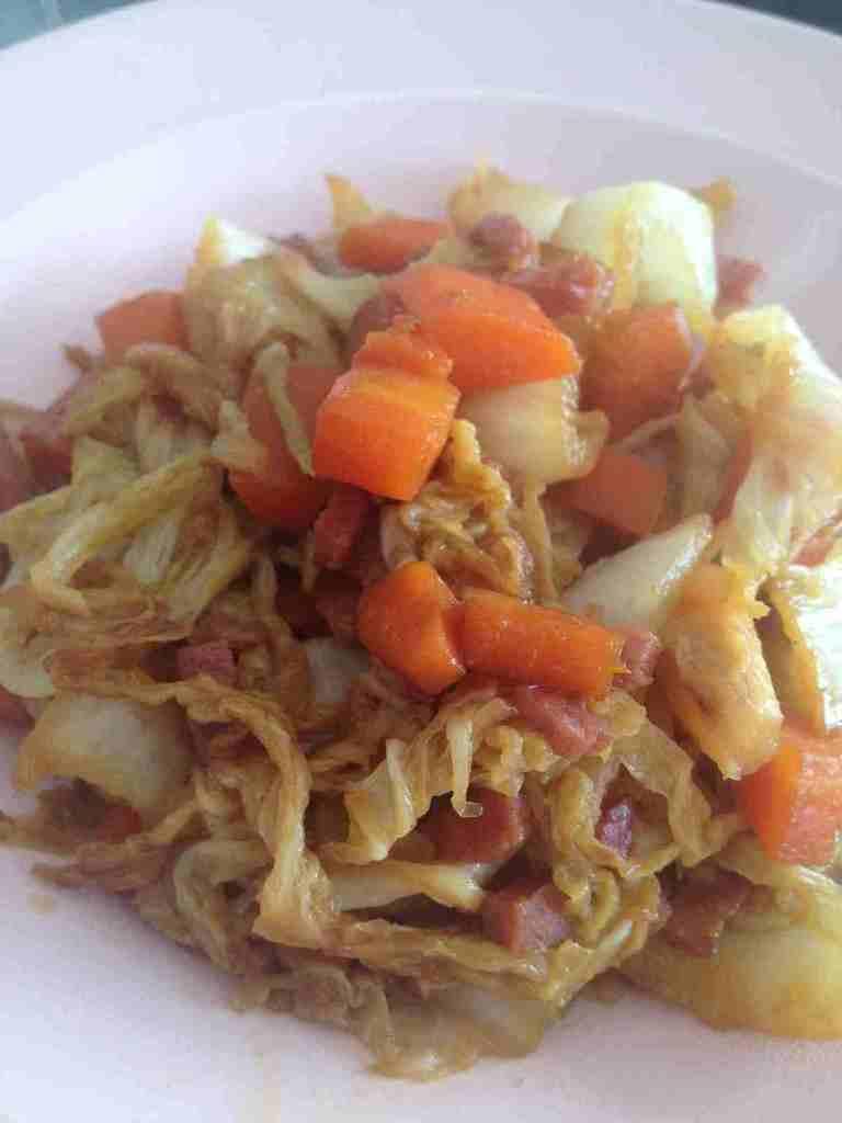 Wok de chou chinois, carottes et bacon