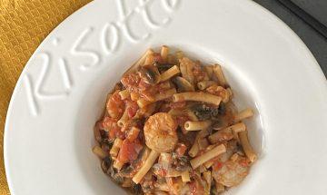 On pot pâtes, crevettes et sauce tomates